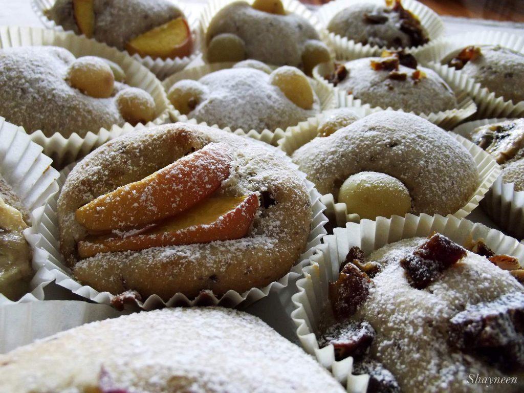 Babeczki z owocami i cukrem pudrem